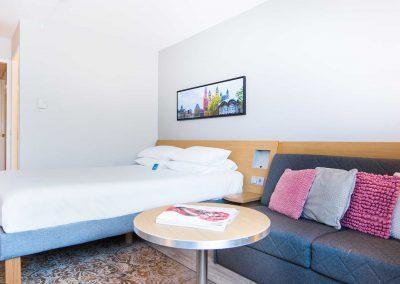 Novotel Hotel Maastricht - Hotelkamer roze vanuit raamkant