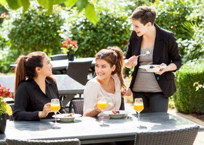 Novotel Hotel Maastricht - Terras met 3 dames